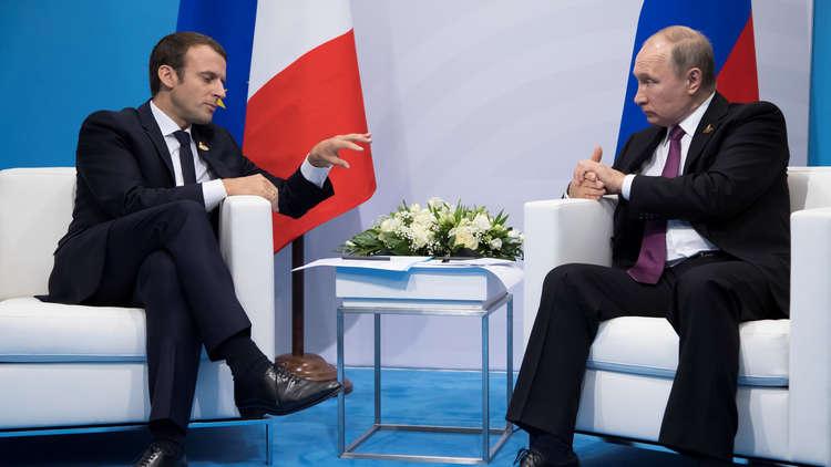 الرئيس الروسي، فلاديمير بوتين، ونظيره الفرنسي، إيمانويل ماكرون، خلال لقاء بينهما على هامش قمة G20 في هامبورغ 17 يوليو 2017