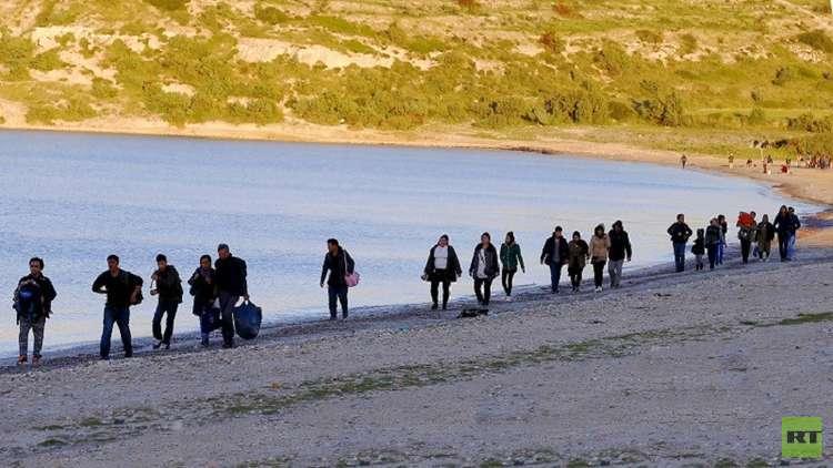 ميركل: نعتزم قبول 10 آلاف لاجئ