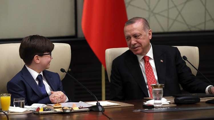 أردوغان يتنحى عن منصبه رمزيا لصالح طفل