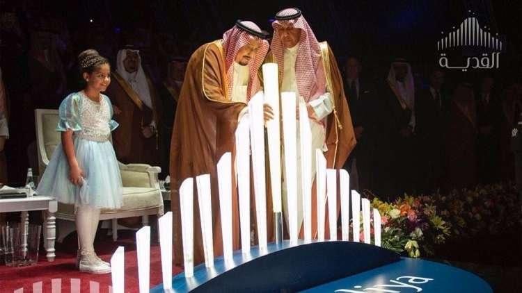 شاهد الملك السعودي يضع حجر الأساس لمشروع