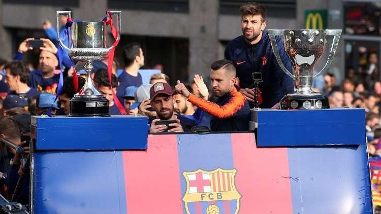 شاهد.. لاعبو برشلونة يجوبون شوارع المدينة احتفالا بالثنائية