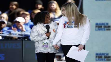 يولاندا رينيه كينغ، حفيدة الناشط الأمريكي الأسود الراحل مارتن لوثر كيبغ وهي تشبك يدها بيد صديقتها البيضاء