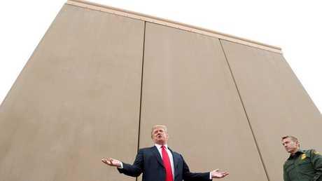 الرئيس الأمريكي دونالد ترامب أمام نموذج للجدار العازل مع المكسيك