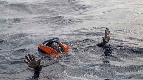 مهاجر وسط أمواج البحر الأبيض المتوسط