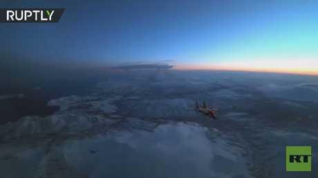 الطيارون الروس يظهرون مهاراتهم في تزويد طائرات ميغ بالوقود أثناء تحليقات ليلية