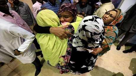 استقبال مجموعة من النساء والأطفال بعد عودتهم من ليبيا في مطار الخرطوم، 5 أبريل 2018
