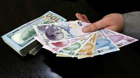 الليرة التركية تهبط لمستوى قياسي بفعل مخاوف بشأن الفائدة