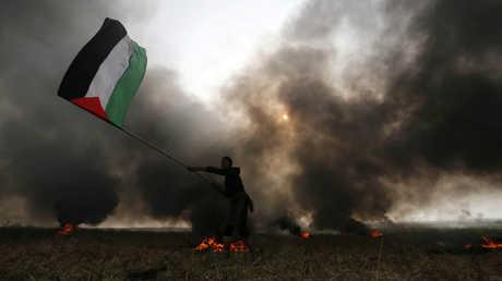 أحد المتظاهرين أثناء مسيرة العودة الفلسطينية