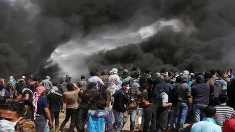 فلسطينيون يتجمعون على الحدود مع إسرائيل، شرق مدينة غزة في 6 أبريل 2018