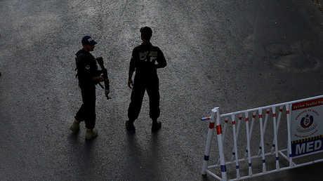 عنصران من الشرطة الباكستانية