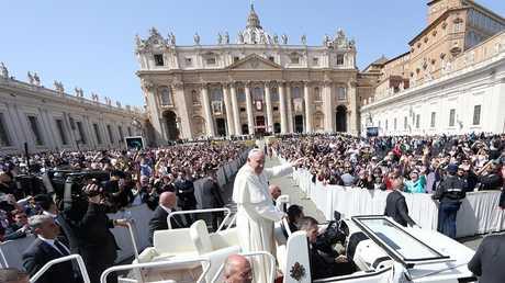 بابا الفاتيكان فرانسيس في ساحة القديس بطرس