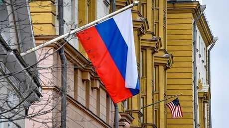 العلم الروسي على بناء سفارة الولايات المتحدة الأمريكية في موسكو 2 أبريل 2018
