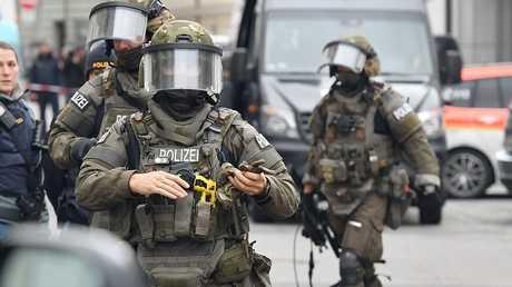 عناصر من الشرطة الألمانية المختصة