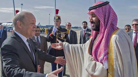 وزير الخارجية الفرنسي، جان إيف لودريان، خلال استقباله في مطار باريس ولي العهد السعودي، الأمير محمد بن سلمان