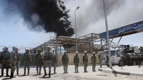 جنود يقفون أمام منشأة نفطية في السويس