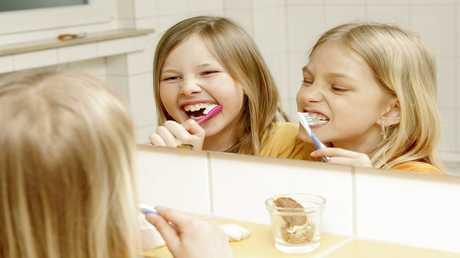 تنظيف الأسنان بعد كل وجبة طعام يلحق بها الضرر