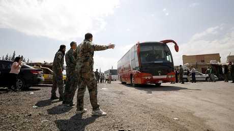 """إجلاء عدد من المخطوفين الذين كانوا في سجون مسلحي """"جيش الإسلام"""" في دوما السورية"""