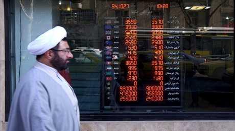 """الحكومة الإيرانية تحاول إنقاذ """"التومان"""" من الانهيار"""