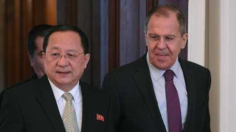 وزير الخارجية الروسي سيرغي لافروف ووزير خارجية كوريا الشمالية ري يونغ هو في موسكو
