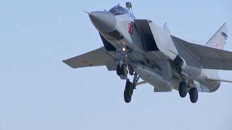 """طائرة """"ميغ-31"""" مع صاروخ """"كينجال"""" فرط الصوتي الروسي"""