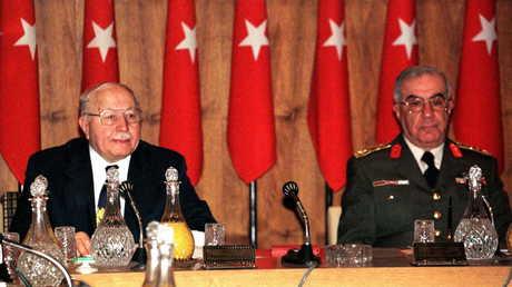 (صورة أرشيفية) نجم الدين أربكان (يسار) - الجنرال إسماعيل حقي قرضاي (يمين)