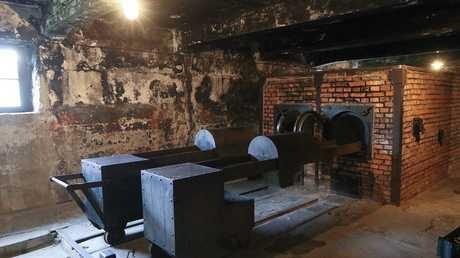 داخل معسكر أوشفيتز النازي للإبادة الجماعية