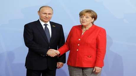 أرشيف - الرئيس الروسي فلاديمير بوتين والمستشارة الألمانية أنغيلا ميركل