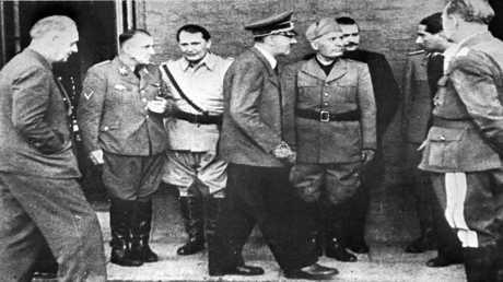 صورة أرشيفية، التقطت في 20 يونيو 1944، تجمع أدولف هتلر بوزير خارجيته يواكيم فون، وآخرين من القادة النازيين