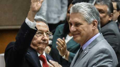 ميغيل دياز كانيل مع راؤول كاسترو خلال دورة الجمعية الوطنية