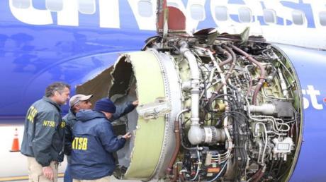 محققون يفحصون محرك طائرة شركة ساوث وست إيرلاينز في ولاية بنسلفانيا