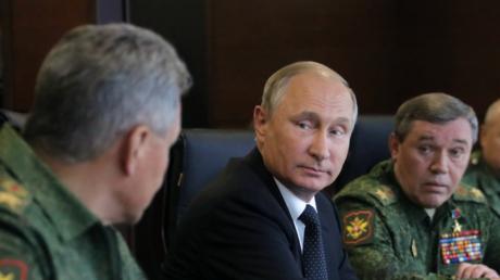 الرئيس الروسي فلاديمير بوتين يجتمع مع وزير الدفاع سيرغي شويغو ورئيس هيئة الأركان العامة للقوات المسلحة، فاليري غيراسيموف