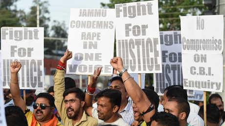متظاهرون هندوس يحتجون في جامو مطالبين بإجراء تحقيق جديد في قضية اغتصاب طفلة مسلمة في 8 من عمرها بالمنطقة