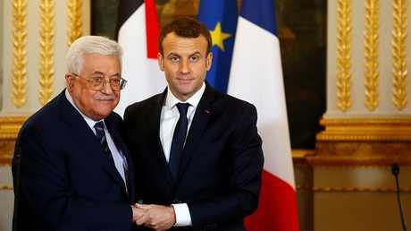الرئيس الفرنسي إيمانويل ماكرون والرئيس الفلسطيني محمود عباس