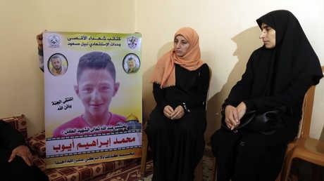 والدة محمد عيوب وإحدى قريباته في مجلس العزاء