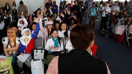 عاملات من الفلبين عدن إلى بلادهن