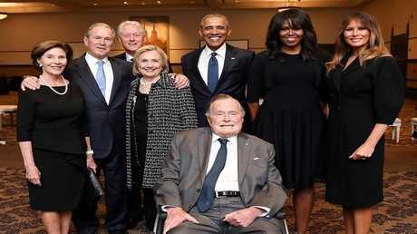 صورة جماعية لعائلة بوش صحبة ميلانيا ترامب، باراك أوباما وزوجته، بيل كلينتون وزوجته
