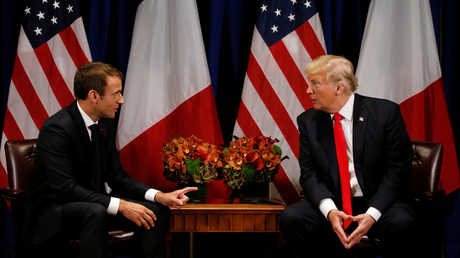 أرشيف - الرئيس الفرنسي إيمانويل ماكرون ونظيره الأميركي دونالد ترامب