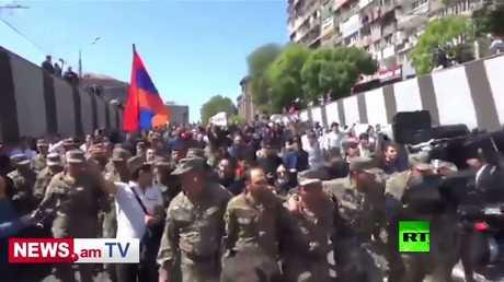 الجنود الأرمان ينضمون للمتظارين ضد رئيس الوزراء