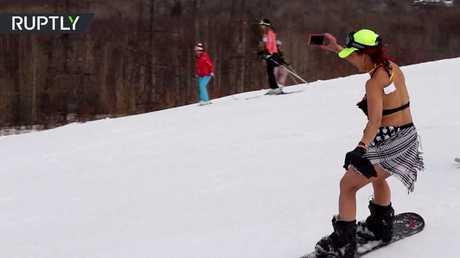 سيبيريون يتزلجون في البكيني!