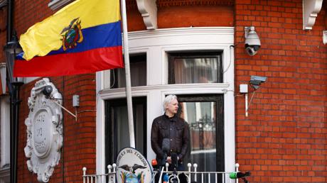 جوليان أسانج، مؤسس ويكيلكس من نافذة سفارة الإكوادور في العاصمة البريطانية.