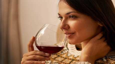 ما علاقة الكحول بازدياد أعراض الحيض لدى النساء؟