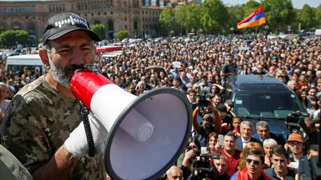 زعيم المعارضة نيكول باشينيان يخاطب أنصاره في ساحة الجمهورية بعاصمة أرمينيا يريفان
