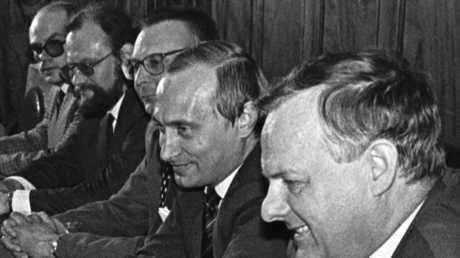 عمدة سان تطرسبورغ أناطولي سوبتشاك ونائبه فلاديمير بوتين عام 1993