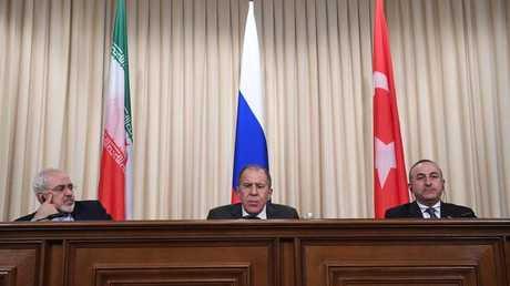 وزراء الخارجية، التركي مولود جاويش أوغلو، والروسي سيرغي لافروف، والإيراني محمد جواد ظريف (أرشيف)