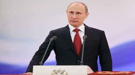 فلاديمير بوتين يؤدي اليمين الدستوري في الكرملين خلال تنصيبه كرئيس لروسيا عام 2012