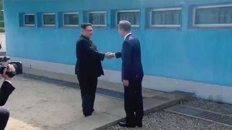لقاء تاريخي حافل بالرمزية بين الكوريتين