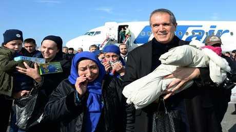 ممثل رئيس الشيشان في الشرق الأوسط وشمال أفريقيا السيناتور زياد السبسي في مطار غروزني مع طفل عائد من العراق