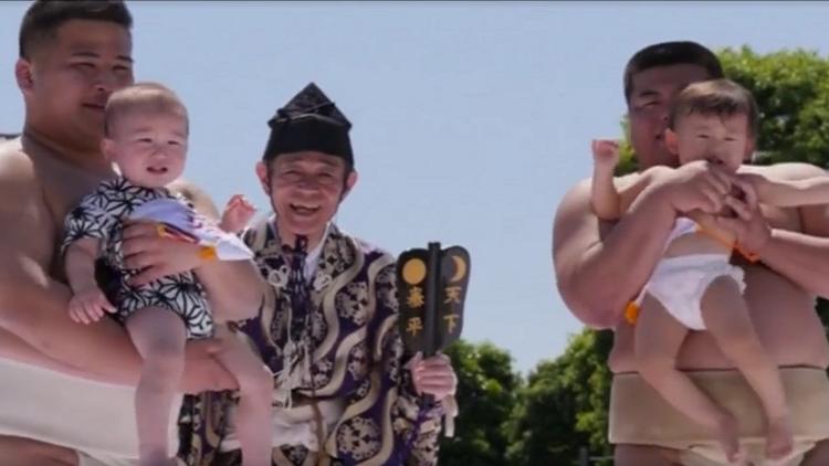لاعبو السومو ومهرجان بكاء الأطفال في اليابان!
