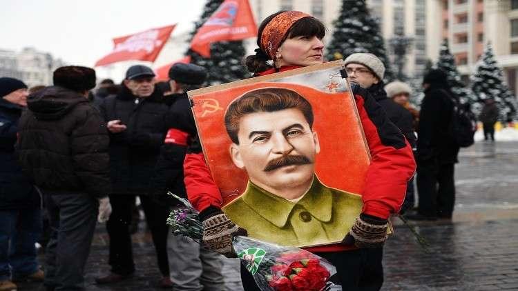 متظاهرون يرفعون صور ستالين أثناء مسيرة في لندن