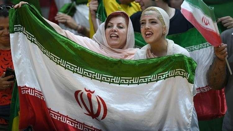 مشجعات إيرانيات يتنكرن باللحى وأزياء الرجال لدخول الملعب (فيديو)